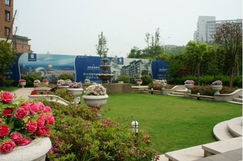 设置休憩节点平台,平台上多设置树池坐凳或树阵广场,身处此处,可以