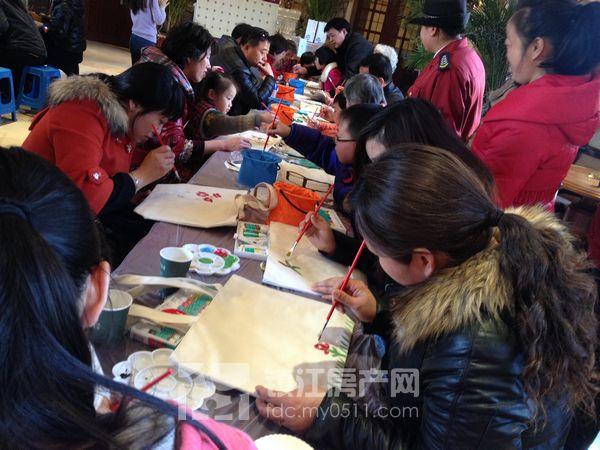镇江/本次活动旨在宣扬环保理念,以可以多次使用的环保袋代替纸质和...